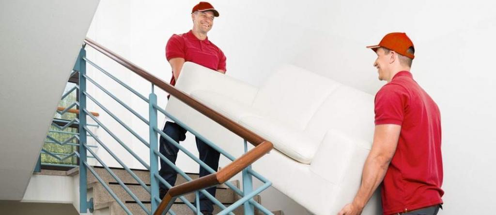Грузчики несут диван - переезд квартиры